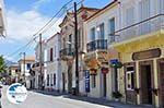 Traditionele gebouwen langs the hoofdweg in Karlovassi - Island of Samos - Photo GreeceGuide.co.uk