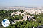 The Areopagus Hill rots and daarachter the hill der Nymphen and Pnyx - Photo GreeceGuide.co.uk
