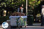 Verkoop of Koulouria (ringvormige broodjes with sesamzaad) - Photo GreeceGuide.co.uk