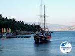boat nadert Nisaki Corfu - Photo GreeceGuide.co.uk