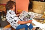 Christos Meremetis leest krant over Koning Willem-Alexander in Kranidi | Argolida (Argolis) Peloponessos - Photo GreeceGuide.co.uk